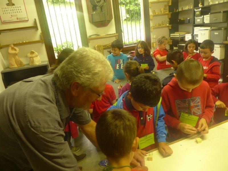 Niños hacen esculturas